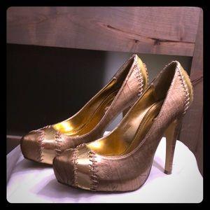 Gold high heels.👠👠👠👠